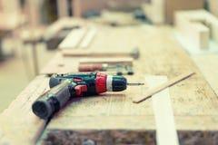 在工业工厂的无绳的钻螺丝刀机器 免版税图库摄影