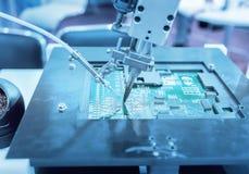 在工业工厂的机器人手机械工具 免版税库存图片