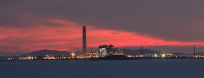 在工业庄园和美丽的剧烈的天空t的重工业 免版税库存照片