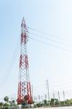 在工业庄园的电定向塔高电的供应的 免版税库存图片