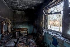 在工业或居民住房以后火的被烧的内部  火后果概念 免版税库存照片
