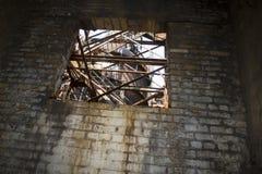 在工业朽烂的窗口 免版税图库摄影