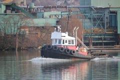 在工业河的猛拉小船 库存图片