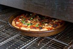在工业烤箱被烘烤的薄饼 免版税库存图片