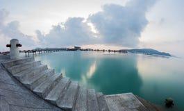 在工业码头的惊人的日出 图库摄影