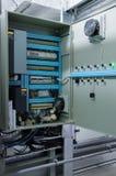 在工业透气屋子的墙壁上的被打开的通风系统控制台室 免版税图库摄影