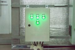 在工业透气屋子的墙壁上的闭合的通风系统控制台室 免版税库存照片