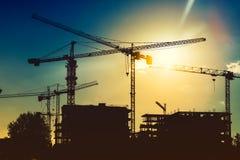 在工业建造场所的塔吊 新的区发展和摩天大楼大厦 免版税库存照片
