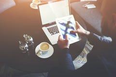 在工休期间,男性CEO特写镜头使用数字式片剂和便携式计算机 库存图片