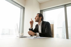 在工作书桌的商人有一个好主意 免版税库存图片
