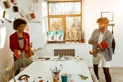 在工作以后放松的年轻艺术家感觉夫妇打网球 库存图片