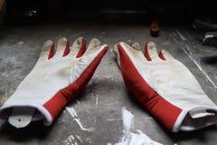 在工作凳的从事园艺的手套 库存照片
