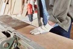 在工作凳的木材加工 免版税库存照片