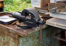 在工作凳的老生锈的绑制钳 免版税图库摄影