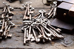 在工作凳A的老钥匙 库存图片