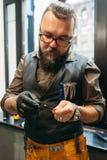 在工作前的专业理发师检查剪刀 免版税图库摄影