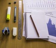 在工作区的办公室工具,研究桌图分析 免版税图库摄影