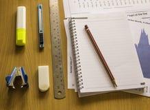在工作区的办公室工具,研究桌图分析 免版税库存照片