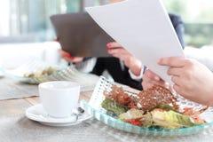 在工作午餐期间的女实业家 免版税库存图片