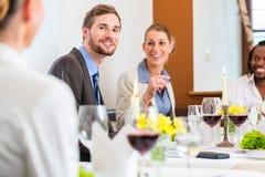 在工作午餐的队在餐馆 免版税图库摄影