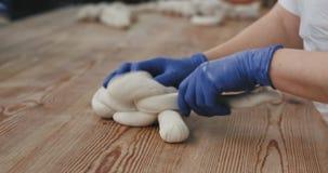 在工作在食物工厂的大面包店工厂烘烤的面包过程人的细节准备面团准备好 影视素材