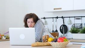 在工作场所疲倦的少妇看起来 影视素材
