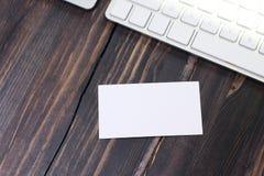 在工作场所的一张空的名片 免版税库存照片