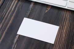 在工作场所的一张空的名片 库存照片