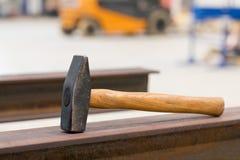 在工作场所的使用的锤子 免版税库存照片