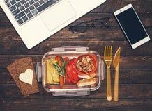 在工作场所的健康工作午餐 烤菜和frie 免版税库存图片