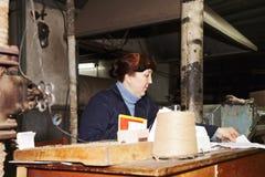 在工作场所的女监工文字 免版税库存图片
