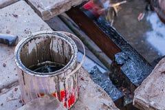 在工作场所的老油漆桶 库存照片