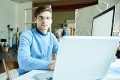 在工作场所的资讯科技专业编制程序 免版税库存照片
