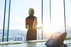 在工作天期间,女性经理使用触摸板 免版税库存图片