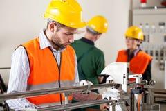 在工作期间的工厂劳工 免版税库存照片