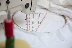 在工作期间的缝纫机 库存照片