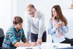 在工作期间的建筑师在一个现代办公室 免版税库存图片