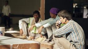 在工作期间,印地安人在小休劳动 库存照片