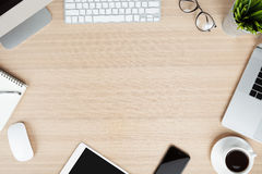 在工作桌面视角的现代通信装置 免版税库存图片