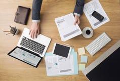 在工作检查财政报告的商人 免版税库存照片