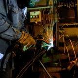 在工作焊接金属结构的焊工 免版税库存图片