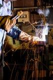 在工作焊接金属结构的焊工 库存照片