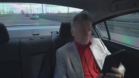 在工作的企业家驱动在出租汽车的汽车旁边 影视素材