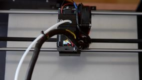在工作的叠加性3d打印机和印刷品形成溶解的塑料 股票录像