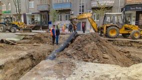 在工作的挖掘机在管道替换供水管子timelapse建造场所  股票录像
