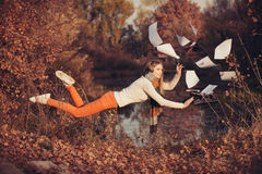 在工作的自由 在自然的妇女升空 库存照片