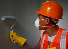 在工作的画家工作者佩带的安全工作 免版税图库摄影
