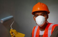 在工作的画家工作者佩带的安全工作 免版税库存照片