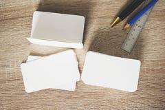 在工作者桌上的空白的公司本体名片包裹 图库摄影
