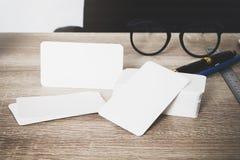 在工作者桌上的空白的公司本体名片包裹 免版税库存图片